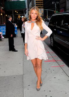 "Blake Lively llegando al ""Late Show with David Letterman"" en un look de Jenny Packham FW 12."
