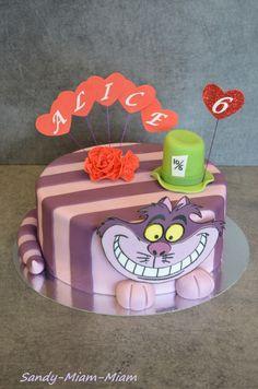 Une fois encore, j'ai eu le bonheur de réaliser le gâteau d'anniversaire de ma nièce Alice (et oui, le thème est très approprié cette année ^^). Et voir la puce toute contente de découvrir son gâteau, ça fait vraiment plaisir !