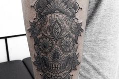 Il y a quelques temps de ça, j'ai écrit un article sur Delphine Noiztoy, tatoueuse française, basée à Londres. Depuis, je la suis sur Instagram, ça m'a permis de découvrir pas mal d'autres artistes dont Mimi ou Mimissiku, au choix ! J'ai pas beaucoup d'infos sur Mimi, c'est un homme, il a un groupe de musique « Derelics » et bien évidemment il tatoue ! Il a réalisé une sacrée oeuvre d'art sur Delphine, dont des chrysanthèmes dans un style art nouveau, totalement fou !