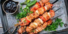 Μια συνταγή για να ετοιμάσετε πεντανόστιμα σουβλάκια κοτόπουλου και χοιρινού στο σπίτι, που θα ξεπερνούν σε γεύση ό,τι έχετε παραγγείλει μέχρι σήμερα. | GASTRONOMIE | iefimerida.gr | σουβλάκι, συνταγή, χοιρινό, κοτοπουλο, μαρινάδα Zucchini, Tandoori Chicken, Chicken Wings, Pork, Food And Drink, Meat, Cooking, Ethnic Recipes, Salmon