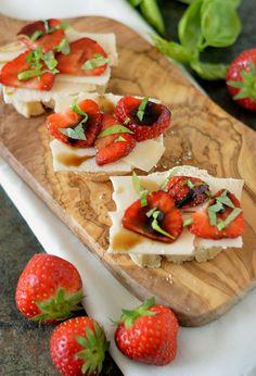 Bruschetta geitenkaas, aardbeien en balsamico siroop. Een heerlijke tapas waar…