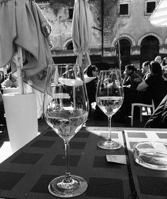 Geheimtipps für Rom - 16 Erlebnisse abseits der Touristenpfade - Unterwegs in Rom White Wine, Wine Glass, Alcoholic Drinks, Italy, De Chirico, Rome, Tourism, Tips, Vacation