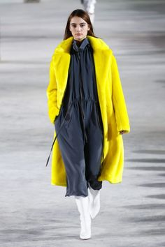 The complete Tibi Fall 2018 Ready-to-Wear fashion show now on Vogue Runway. Yellow Fashion, Big Fashion, Fashion 2018, Autumn Fashion, Fashion Women, Style Fashion, Fashion Online, Trends 2018, Vogue