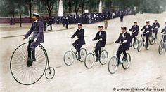 """En 1870, el británico James Starley inventó el siguiente hito en la historia de las dos ruedas: la bicicleta de rueda alta """"Ariel"""". Estaba convencido de que a través de la enorme rueda delantera se podría recorrer más rápidamente el camino. Pero era imposible subirse solo y era peligroso caer de semejante altura."""