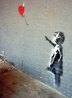 Grafiti niña con globo de corazón