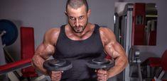 Mit diesem Trainingsplan für zu Hause explodieren deine Muskeln – alles was du dafür brauchst, sind Kurz- und Langhanteln.
