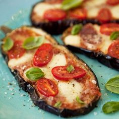 Business Cookware Ought To Be Sturdy And Sensible Vegetarian Carb Free Pizza. Aubergine Baked - Awesome When Comfort Food Has Gone Fit. Basically Click The Photo Eggplant Pizza Recipes, Eggplant Pizzas, Baked Eggplant, Grilled Eggplant, Healthy Eggplant, How To Bake Eggplant, How To Cook Aubergine, Vegetable Recipes, Vegetarian Recipes