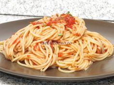 Spaghetti cu sos de roşii şi busuioc Brunch, Pizza, Ethnic Recipes, Food, Meals, Yemek, Brunch Party, Eten