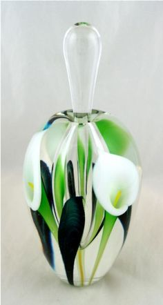 Tendance parfums Calla Lily perfume bottle Discovred By: edgarberghman Perfume Atomizer, Antique Perfume Bottles, Vintage Perfume Bottles, Perfumes Vintage, Beautiful Perfume, Bottle Art, Glass Bottles, Glass Art, Fragrance