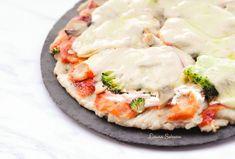 Pizza cu piept de pui și smântână, rețeta simplă, cu ingrediente naturale, proaspete, un blat de pizza tradițional acoperit de un sos de roșii dar și cu smântână, apoi un topping de piept de pui, legume și cașcaval