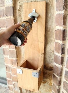 Holz: Was kann man eigentlich nicht damit herstellen? Bänke, Stühle, Treppchen, Fotorahmen, Wanddekorationen und Tische; alles ist möglich. Deshalb haben wir für die beginnenden Bastler, der gerne mit Holz arbeiten, 9 supereinfache DIY-Ideen aufgelistet. Schauen Sie sich die 12 DIY-Ideen hier an und machen Sie sich selbst an die Arbeit!