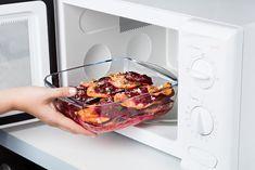 De 2-delige schalen van Pyrex zijn multifuntioneel. Zelfgemaakte lasagne op het menu? Etenswaar opwarmen in de magnetron? Of bewaren in koelkast of vriezer? Met de ovenschalen van Pyrex kan het allemaal. Als je de schalen na gebruik weer schoon de kast in wilt, zet je de schalen in de vaatwasser, want deze krasbestendige ovenschalen kunnen dat prima hebben. De schalen komen met een deksel, deze maakt het mogelijk om etenswaar te bewaren en op te warmen tussen -40°C en 300°C. Pyrex, Cooking, Kitchen, Brewing, Cuisine, Cook