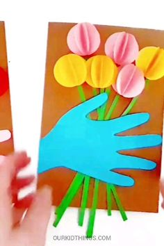 Pop Up Handprint Flower Card – Kid Things: Mom & Dad – Kreativ Easy Mother's Day Crafts, Spring Crafts For Kids, Mothers Day Crafts For Kids, Mothers Day Cards, Diy For Kids, Mother Card, Creative Crafts, Toddler Crafts, Preschool Crafts