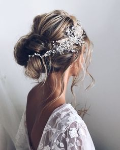 Relaxed bohemian updo wedding hair bun. Hair by Ulyana Aster.