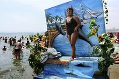 Aguadulce (Sweetwater) is Lima's most popular beach. There photographers set up backdrops for portraits of fantastic scenarios that the bathers keep as an Aguadulce souvenir. Foto: Adrián Portugal