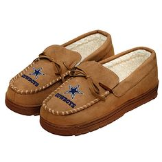 Support your favorite team with these new Moccasins non-skid Dallas Cowboys slippers from Forever Collectibles. These tan moccasins feat Dallas Cowboys Shoes, Dallas Cowboys Pro Shop, Dallas Cowboys Pictures, Dallas Cowboys Women, Mens Moccasin Slippers, Moccasins Mens, Cowboy Shoes, Cowboy Gear, Auburn Tigers
