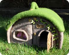 Love this little house! I think I'll try making one...