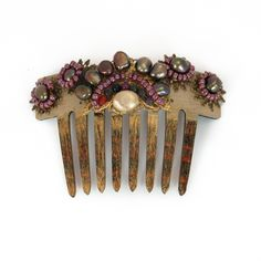 Peinecillo de flamenca pintado a mano en color champán patinado con perlas en toonos cobre y bolitas de ágatas facetadas en tonos bourdeos.