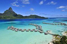 InterContinental Bora Bora Resort and Thalasso Spa Este hotel se encuentra ubicado en el atolón de Bora Bora donde puede disfrutar de uno de los rincones naturales más paradisíacos del mundo. Cada villa se encuentra ubicada sobre las tranquilas aguas de la playa, además puede darse un chapuzón y disfrutar del contacto con la fauna marina.