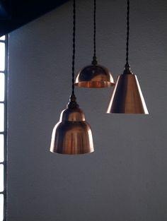 小ぶりなサイズが印象的な銅製ペンダントライト。眩く輝くコッパー(銅)がサイズ以上の存在感。シンプルなデザインがクールでモダンです。ニューヨークスタイルのインテリアショップ ideot 。クラシカルかつモダンで洗練されたアイテムを提案します。