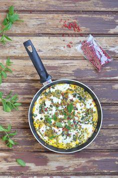 Rezept für Frittata aus dem Ofen mit Nudeln, Erbsen, Minze und Schafskäse. Schnell gemacht, lecker und saftig.