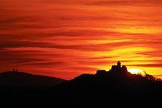 Im rot-gelben Abendlicht sind die Wachsenburg (rechts) und der Inselsberg (links) während des Sonnuntergangs zu bestaunen. Foto: Sascha Fromm