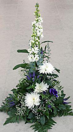 Sorgdekoration i vitt och blått http://holmsundsblommor.blogspot.se/2013/01/hog-sorgdekoration.html. Nr 12H