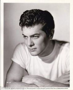 Tony Curtis very ahandsome Old Hollywood Glam, Hollywood Icons, Hollywood Actor, Golden Age Of Hollywood, Classic Hollywood, Tony Curtis, Jamie Lee Curtis, Beautiful Men Faces, Gorgeous Men
