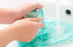 Existem vários produtos industrializados para lavar roupas, sendo que alguns deles prometem clarear manchas ou eliminar odores das peças. Mas, na realidade