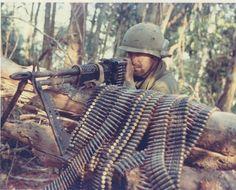 Soldier manning an machine gun, Airborne Brigade on Dak To/Hill 875 during the Vietnam War, 1967 Vietnam History, Vietnam War Photos, North Vietnam, Vietnam Veterans, Honor Veterans, Vietnam Image, American War, American History, Panzer
