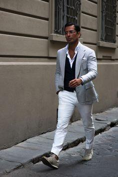 シアサッカージャケット×黒ジレ×白シャツ×白パンツ×アイボリースニーカー