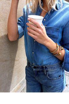 Une chemise en jean et des bijoux dorés