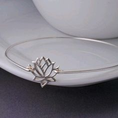 Lotus bracelet with thin band