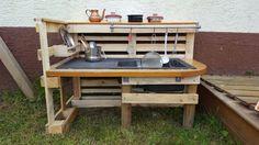 So kreative Menschen arbeiten im ZWERGE.de Team :-) Tanja hat sich eine Matschküche selber gemacht. Mit 2 Einwegpaletten, die bei ZWERGE öfter übrig sind und einer alten Küchenarbeitsplatte mit Spüle.   Mit Rundhölzern und anderen...