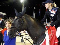 Monacos Prinzessin Charlotte Casiraghi gratuliert der Australierin Edwina Tops-Alexander beim CHIO zum dritten Platz. (Foto: Sebastien Nogier/dpa)