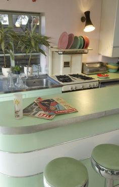 Retro Vintage Kitchen - Modern kitchen, love the mint green counter top and stools and stainless sink and drainboard Retro Home Decor, Home Decor Kitchen, Interior Design Kitchen, New Kitchen, Home Kitchens, Kitchen Modern, 1950s Decor, Retro Kitchens, Kitchen Designs