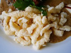 Ve větší nádobě si ušleháme smetanu s vejcem, osolíme a postupně během šlehání přisypáváme mouku s práškem do pečiva. Přidáme bylinky, promícháme... Food N, Food And Drink, Spatzle, Pie Cake, Gnocchi, Dumplings, Potato Salad, Cauliflower, Healthy Recipes