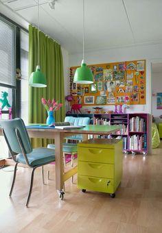 Ambientes de estudo e trabalho também podem ter uma pegada jovem e original, com o uso de móveis de diversas cores.