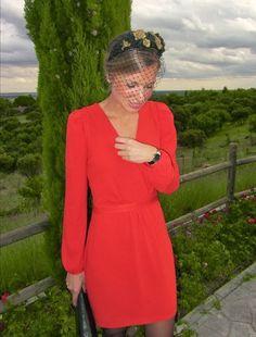 Vestido rojo con tocado negro y dorado