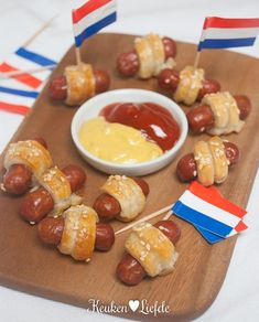 partyknaks in bladerdeegjasje Tapas, My Favorite Food, Favorite Recipes, Food Vans, Snacks Für Party, Other Recipes, High Tea, Quick Easy Meals, Good Food