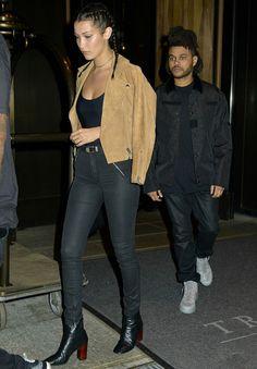 Look da modelo Bella Hadid com calça preta e jaqueta camel.