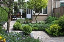 Lawn and Garden Tools Basics Kleine Tuin Modern Landscaping, Front Yard Landscaping, Small Gardens, Outdoor Gardens, Small Garden Inspiration, Narrow Garden, Pinterest Garden, Small Garden Design, Garden Cottage