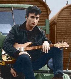 "John Lennon in Hamburg on a fairground, near the Reeperbahn, called ""Heiligengeistfeld"". His Rickenbacker guitar is still unmodified. All rights reserved George Harrison, John Lennon Guitar, John Lennon Beatles, Jhon Lennon, Paul Mccartney, Liverpool, Ringo Starr, Recital, Die Beatles"