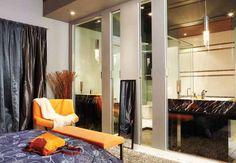 Chambre des maîtres avec vue sur la salle de bain Divider, Room, Furniture, Home Decor, Bath, Bedroom, Home, Decoration Home, Room Decor