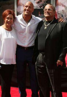 Pai mãe e filho o homem mais lindo do mundo pra sempre Dwayne Douglas Johnson Esse é indiscutívelmente o homem mais lindo do mundo