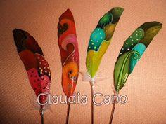 Plumas pintadas a mano por Claudia Cano