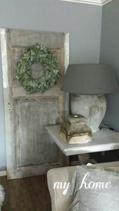 Hoekje met oude deur en krans