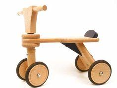 Blankhouten loopfiets van beukenhout, met niet–strepende rubberen banden om de wielen. Zeer goed afgewerkt hout, en soepel lopende draaischarnieren. Afm: 23 cm zithoogte