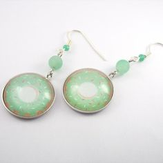 Boucles d'oreille argenté avec un cabochon en verre motif donut et sa perle agate effet givré vert