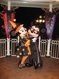 Disney Mickey & Minnie at Halloween Arte Disney, Disney Fun, Disney Magic, Disney Mickey, Disney Parks, Disney Movies, Disney Characters, Disney Style, Disney World Halloween